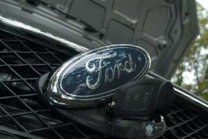 Как открыть капот на автомобиле Ford Focus?