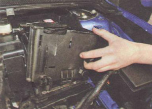 Снимаем аккумулятор с Ford Focus 2 вместе